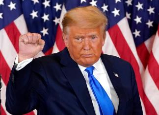 Präsident Donald Trump ballt die Faust am Rednerpult. Er legt Klage ein.