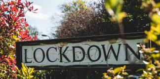"""Ein in die Jahre gekommenes Schild mit der Aufschrift """"Lockdown"""""""