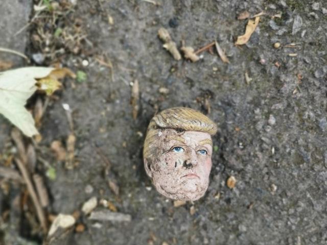 kaputter Kopf einer Trumppuppe
