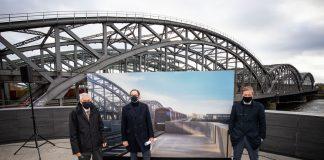 Vorsitzender HafenCity Hamburg GmbH Jürgen Bruns-Berentelg (links), Vorstandsvorsitzender der Hamburger Hochbahn AG Henrik Falk und Anjes Tjarks Hamburger Senator für Verkehr und Mobilitätswende (Bündnis 90/Die Grünen) , stehen an der Station Elbbrücken vor einem Bild mit der geplanten Verlängerung der U4.
