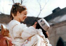 Drei Haselnüsse für Aschenbrödel. Endlich kann der Prinz (Pavel Trávnícek) sein Aschenbrödel (Libuse Safránková) in die Arme schließen. Bild: WDR/DRA