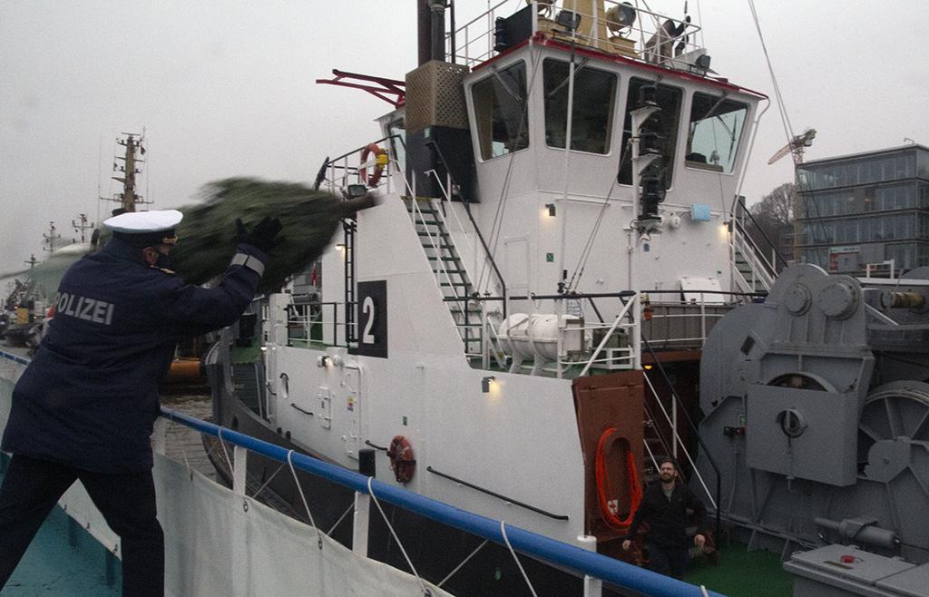 Mit Schwung aufs andere Schiff: Hier fliegt einen Tannenbaum durch die Luft.