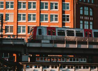 Eine U-Bahn der Hochbahn fährt überirdisch.