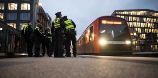 Mitarbeiter der Hochbahn-Wache und Beamte der Polizei kontrollieren im Rahmen eines bundesweiten Aktionstages an einer Haltestelle der Hochbahn die Einhaltung der Maskenpflicht