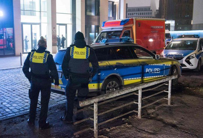 Die Hamburger Polizei war am Mittwochabend mit einem Großaufgebot in der Innenstadt. Foto: Daniel Bockwoldt/dpa