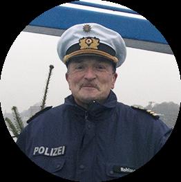 Polizeihauptkommissar Rüdiger Rohland lässt in diesem Jahr die Tannenbäume fliegen.