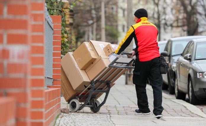 Vor Weihnachten ist für die Post die Zustellung der Pakete besonders stressig. Foto: Jan Woitas/zb/dpa