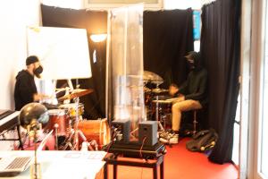 """In Aktion: Midi probt mit seinem Lehrer Christian in der """"Musikstation"""", Foto: Marie Filine Abel"""