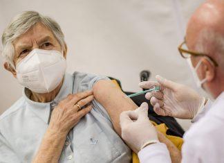 Die erste Hamburgerin erhält die Corona-Folgeimpfung.