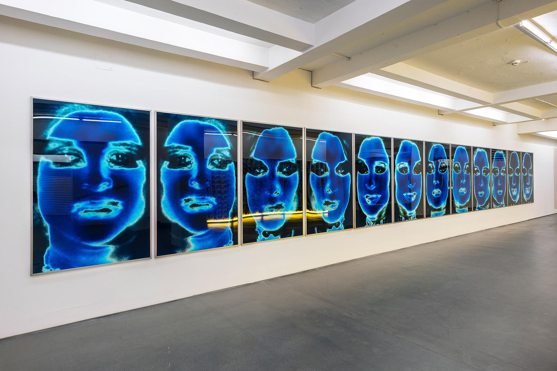 """Katharina Sieverding: """"Transformer Solidarisation 1-6 A/B 1973-74"""". Installationsansicht der Ausstellung: """"Katharina Sieverding. Fotografien, Projektionen, Installationen. 2020-1966""""."""