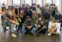 Digitale Kommunikation' 22 mit ihren Zoombildern vor dem Kopf