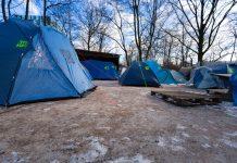 """18 Zelte im Außenbereich des """"Schrødingers"""" bieten Obdachlosen Schutz vor der Kälte in Hamburg, Foto: Jonathan Schanz"""