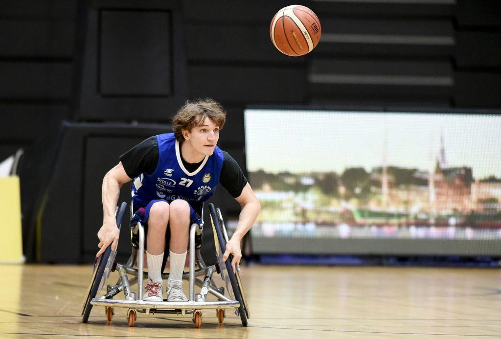 Volle Konzentration auf den Ball: Luc Weilandt von den BG Baskets Hamburg. Foto: Michael Schwartz