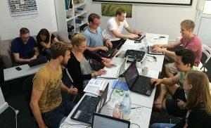 Pre-Corona: Studierende arbeiten gemeinsam im Büro von Wikipedia Hamburg. Foto: Gnom via Wikimedia Commons