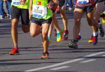 Menschen laufen auf einer Straße einen Marathon
