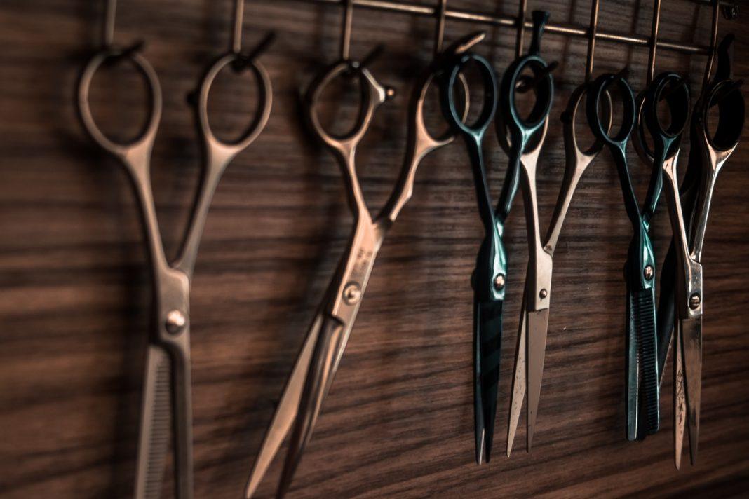 Friseurscheren hängen an Wand,