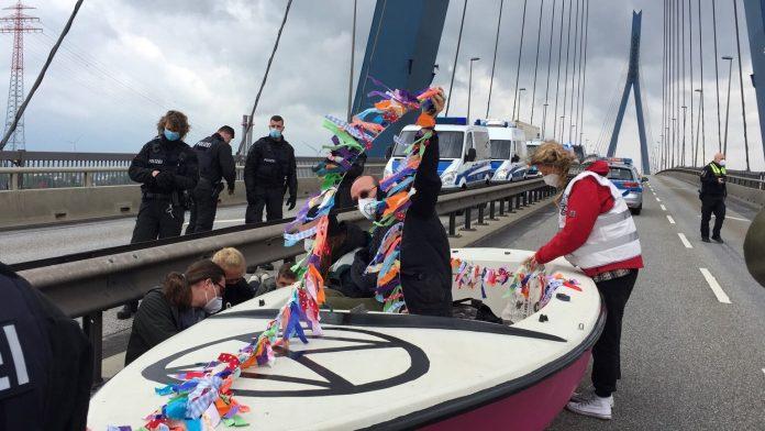 Aktivist:innen der Gruppe Extinction Rebellion blockieren mit einem Boot die Hamburger Köhlbrandbrücke