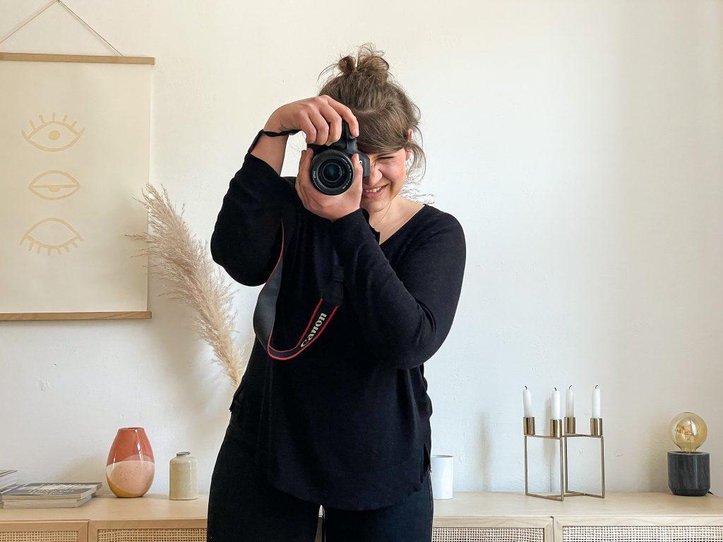 Ines Marquet fotografiert frontal Richtung Kamera.