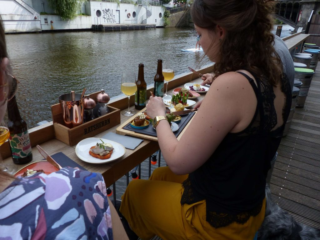Nach der Bar Öffnung sitzen schin wieder Gäste an allen Tischen. Der Bar Alltag wirkt beinahe normal