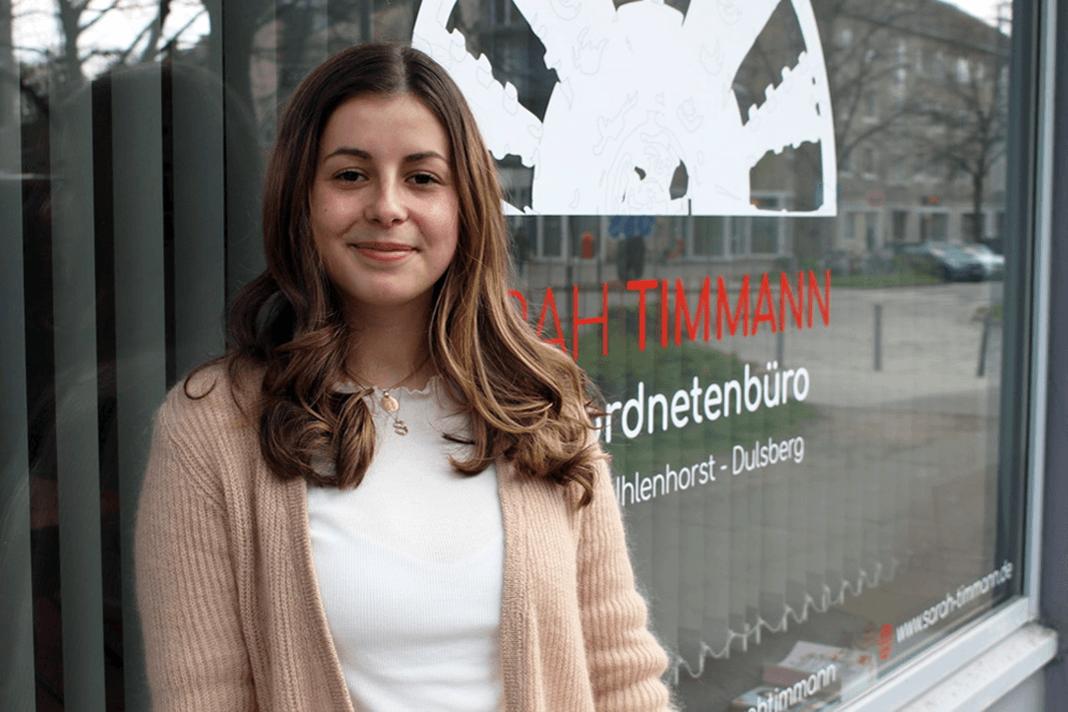 Jungpolitikerin Sarah Timmann vor ihrem Abgeordnetenbüro
