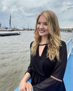 FINK.HAMBURG-Redakteurin Alina während der Hafenrundfahrt