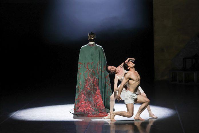 Drei Tänzer:innen auf der Bühne während der Fotoprobe für