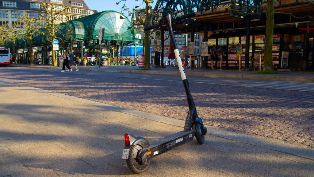 E-Roller auf dem Bürgersteig vor dem Hamburger Rathaus