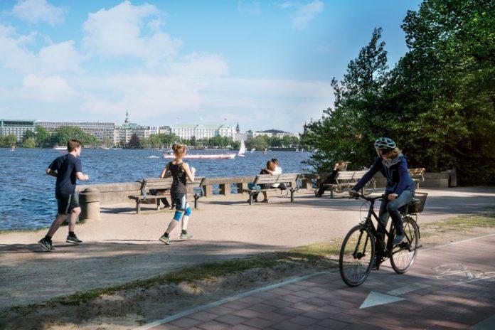 Jogger und Radfahrer an der Alster