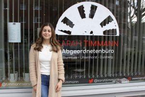 Sarah Timmann vor ihrem Abgeordnetenbüro