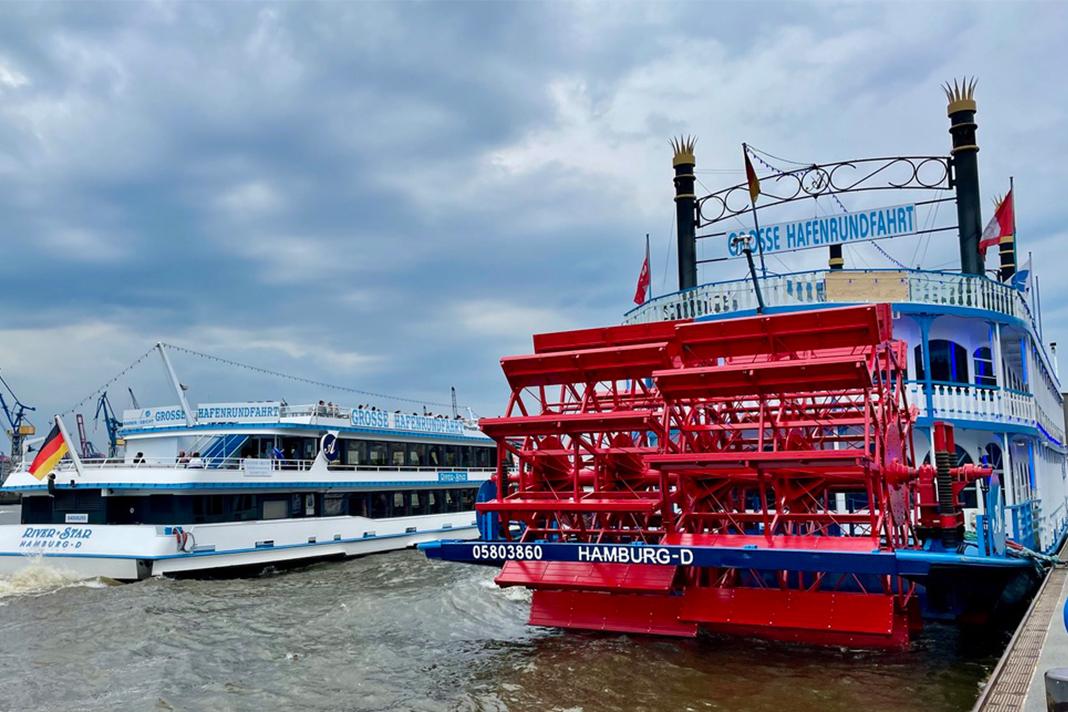 Zwei Schiffe für Hafenrundfahrten auf der Elbe