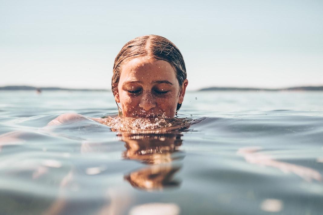 Schwimmen Baden Hamburg, Frau in Wasser