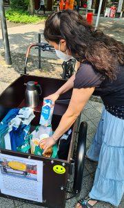 Carolina bietet jedem Besucher einen Kaffee an