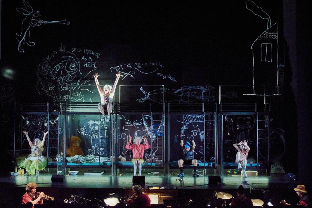 Bühne im Thalia Theater, darauf wird das Stück Shockheaded Peter gespielt.