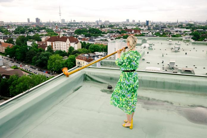 Eine Musikerin steht auf dem Dach für das Konzert