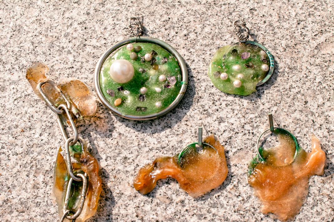 Ohringe aus Bioplastik: Ein paar Grünes und ein organgenes Paar.