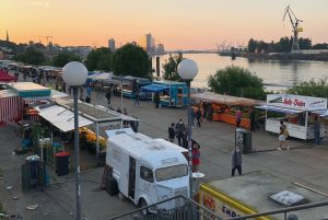 Der Fischmarkt mit Blick auf die Elbphilharmonie.