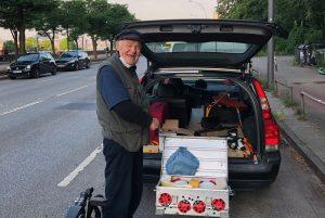 Fischmarkt: Reinhold Peters vor seinem Auto. Neben einem Liegerad, einer Gehhilfe und einer Kaffeemaschine hat der Überlebenskünstler auch eine improvisierte Waschmaschine an Bord.