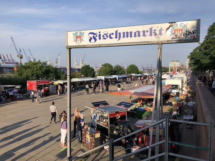 Eingang zum Fischmarkt Hamburg an einem sonnigen Tag.