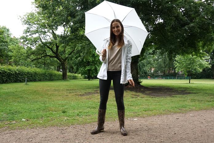 Mia mit Regenschirm